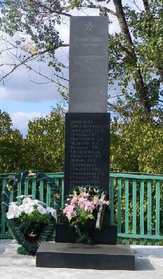 с. Ордовка Нововодолажского р-на. Стела установлена на братской могиле, в которой похоронено 215 воинов, в т.ч. 199 неизвестных, погибших в боях за село