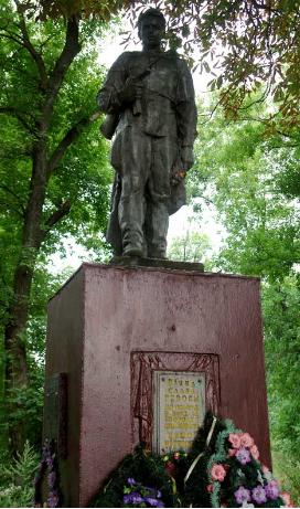 п. Оленевское Краснокутского р-на. Памятник установлен на братской могиле, в которой похоронено 15 советских воинов, погибших в боях за село