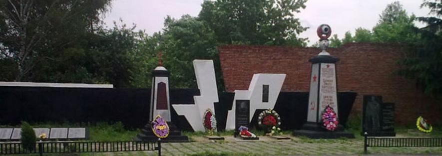 с. Червоный Оскол Изюмского р-на. Памятники установлены на братских могилах, в которых захоронено 138 советских воинов, погибших в боях за село