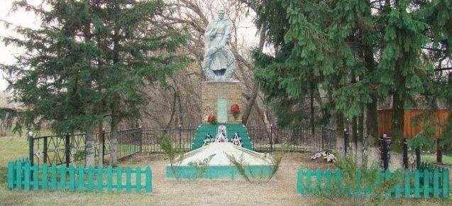 с. Червоный Шахтер Изюмского р-на. Памятник в центре села, установлен на братской могиле, которой похоронено 250 воинов, погибших в боях за село