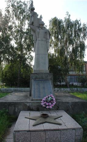 с. Пархомовка Краснокутского р-на. Братская могила советских воинов в центе села