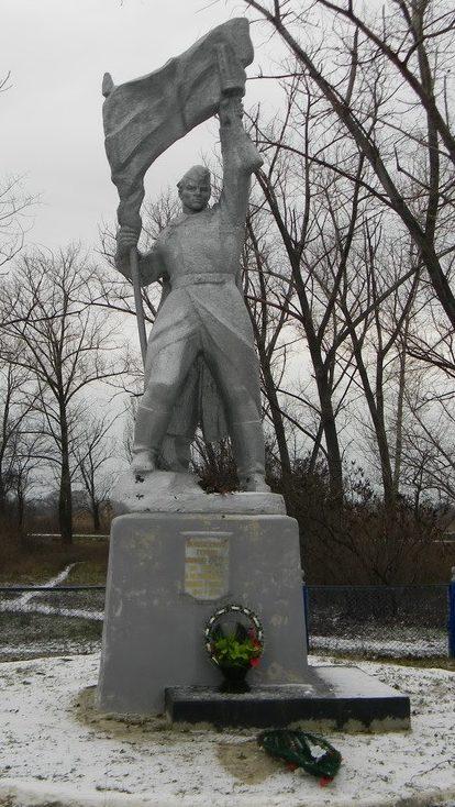 с. Шульское Первомайского р-на. Памятник в центре села, установлен на братской могиле, в которой похоронено 5 советских воинов