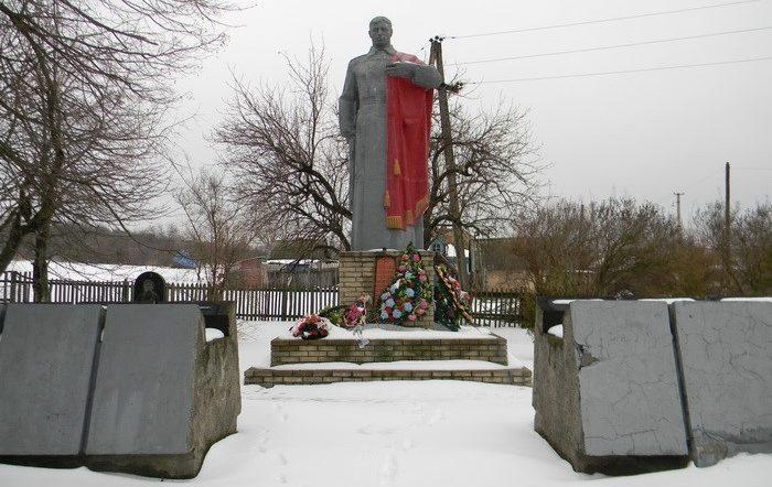 с. Яремовка Изюмского р-на. Памятник погибшим воинам в центре села