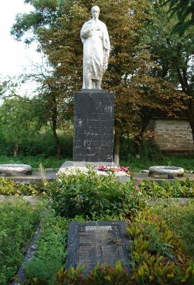 с. Пархомовка Краснокутского р-на. Памятник по улице Дзержинского, установленный на братской могиле советских воинов