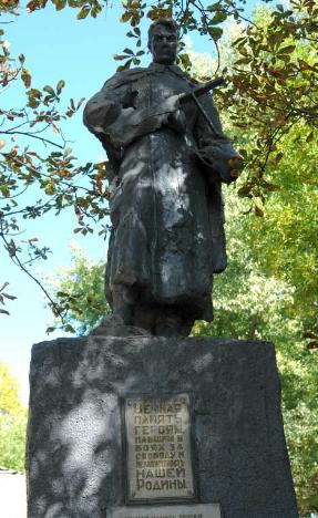 с. Гарашковка Печенежского р-на. Памятник в центре села, установлен на братской могиле, в которой похоронено 355 советских воинов