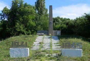 с. Мирошниковка Коломакского р-на. Памятник установлен на братской могиле, в которой похоронено 49 воинов, в т.ч.40 неизвестных. У могилы установлен памятный знак погибшим землякам