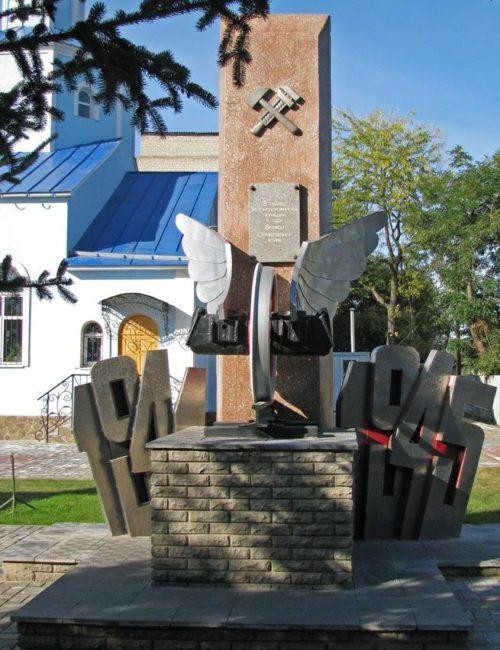 п. Купянск-Узловая Купянского р-на. Памятник погибшим железнодорожникам на территории Покровского храма
