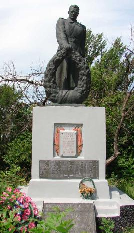 с. Колесниковка Купянского р-на. Памятник установлен на братской могиле, в которой похоронено 280 советских воинов