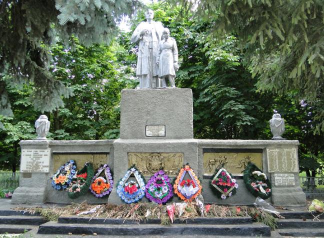 с. Охочее Нововодолажского р-на. Памятник, установлен на братской могиле, в которой похоронено 409 воинов, погибших в боях за село в марте 1943 года