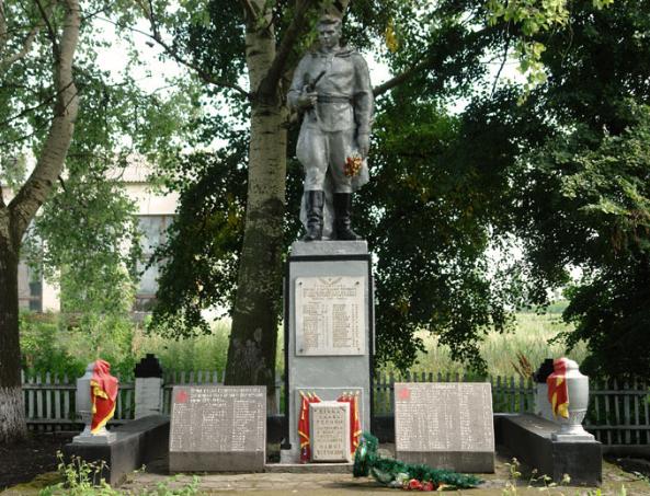 с. Слободка Краснокутского р-на. Памятник в центре села, установлен на братской могиле, в которой похоронен 347 советских воинов и партизан, погибших в боях за село.