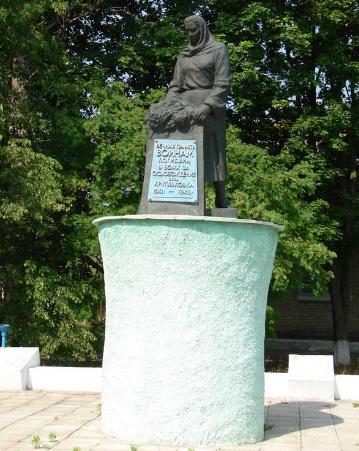 с. Кругляковка Купянского р-на. Памятник на братской могиле, в которой похоронено 113 советских воинов