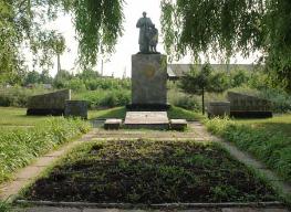 с. Степановка Краснокутского р-на. Памятник установлен на братской могиле, в которой похоронено 90 советских воинов.