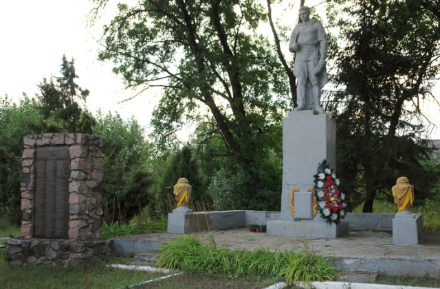 с. Чернещина Краснокутского р-на. Памятник установлен на братской могиле, в которой похоронен 161 воин, погибший в боях за село