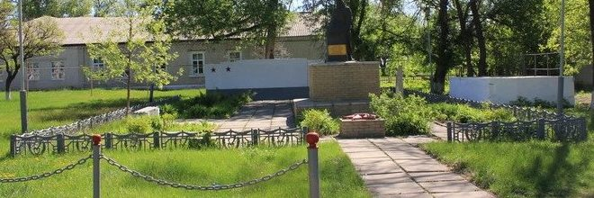 с. Куриловка Купянского р-на. Памятник, установлен на братской могиле погибшим воинам и землякам. Здесь же похоронен Герой Советского Союза капитан Чучвага И.И.