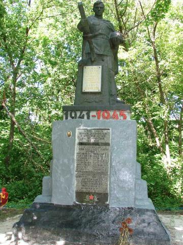 с. Моначиновка Купянского р-на. Памятник на братской могиле