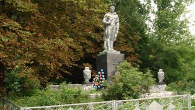 с. Шевченково Краснокутского р-на. Памятник установлен на братской могиле, в которой похоронено 28 советских воинов