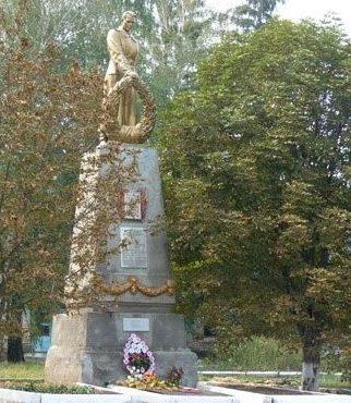с. Ракитное Нововодолажского р-на. Памятник в центе села, установлен на братской могиле, в которой похоронено 99 воинов, погибших в боях за село