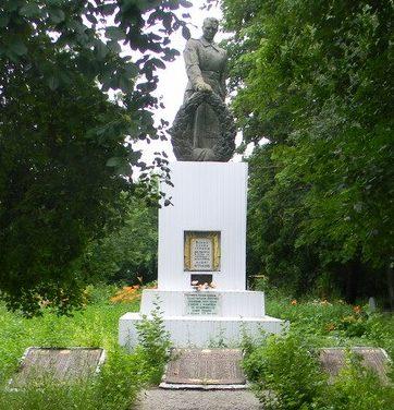 с. Рябухино Нововодолажского р-на. Памятник установлен на братской могиле, в которой похоронено 390 воинов, в т.ч. 246 неизвестных