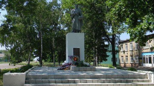с. Станичное Нововодолажского р-на. Памятник в центре села, установлен на братской могиле, в которой похоронено 44 воина, в т.ч. 21 неизвестный