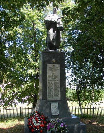 с. Петропавловка Коломакского р-на. Памятник установлен на братской могиле, в которой похоронено 83 воина