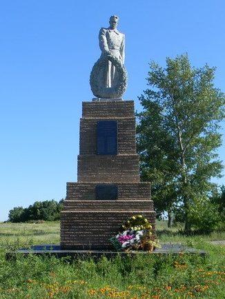 с. Копанки Красноградского р-на. Памятник на окраине села установлен на братской могиле, в которой похоронено 26 воинов