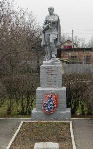 п. Беляевка Первомайского р-на. Памятник установлен на братской могиле, в которой похоронено 124 воина, погибших в боях за поселок