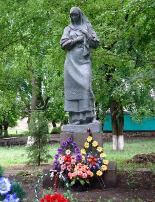 п. Дублянка Краснокутского р-на. Памятник, установлен на братской могиле, в которой похоронено 84 воина.