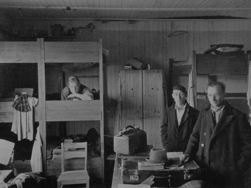Руководили лагерем и охраняли его 300 представителей СС (в основном списанные солдаты с боевых подразделений: после ранений, по возрасту, по родственным связям), а персонал администрации набирался из датчан. Медицинская часть также была укомплектована местными жителями. Лагерь был рассчитан на 1500 заключенных, но легко вмещал в два раза больше. По состоянию на апрель 1945 года, в лагере было 5460 заключенных. Однако, немцы нарушили свое обещание и из 12 тысяч, прошедших через лагерь, 1600 человек было отправлено в концлагеря, 220 из которых погибло впоследствии. Заключенные в лагере занимались кустарным производством различных поделок: ножи для бумаги, кольца, мундштуки и т.д. Лагерь был назван «странным концлагерем», поскольку в нем практически не было пыток, насилия, голода или убийств. В лагере работала система самоуправления заключенными в части организации работ. За время существования лагеря был убит только один датчанин при попытке к бегству, хотя 12 человекам все-таки удалось сбежать. Условия пребывания в лагере ни в коей мере нельзя сравнить с немецкими концлагерями, о чем свидетельствуют сохранившиеся фотографии.
