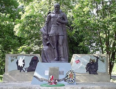с. 1-я Староверовка Нововодолажского р-на. Памятник установлен на братской могиле, в которой похоронено 114 советских воинов