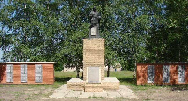 с. Пристен Купянского р-на. Памятник установлен на братской могиле советских воинов. На стеле размещены памятные доски с именами 132 земляков, погибших в годы войны