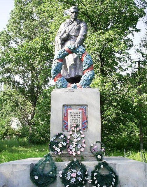 с. 2-я Старверовка Нововодолажского р-на. Памятник установлен на братской могиле, в которой похоронено 25 советских воинов