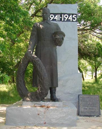 с. Сенек Купянского р-на. Памятник установлен на братской могиле, в которой захоронено 8 воинов