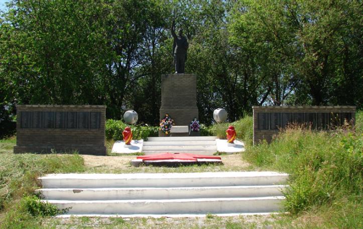 с. Сеньковое Купянского р-на. Памятник установлен на братской могиле, в которой похоронено 600 воинов. На стелах около памятника размещены мемориальные доски с именами воинов-освободителей и воинов-односельчан