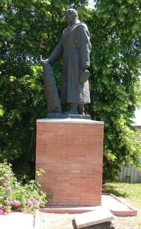 с. Синиха Купянского р-на. Памятник установлен у братской могилы, в которой похоронено 23 советских воина