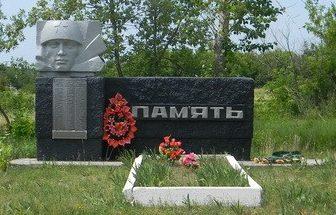 . Стулеповка Нововодолажского р-на. Памятник на окраине села, установлен на братской могиле, в которой похоронено 20 воинов, погибших в боях за село