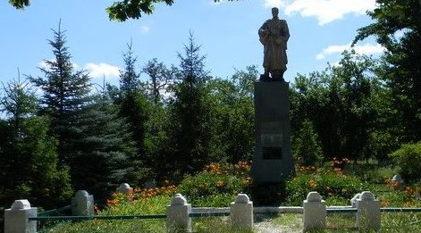 с. Покровка Коломакского р-на. Памятник установлен на братской могиле, в которой похоронено 198 воинов, погибших в боях за село