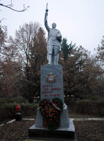 с. Конное Лозовского р-на. Памятник установлен на братской могиле, в которой похоронено 128 советских воинов