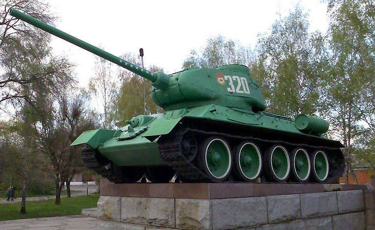 г. Красноград. Танк Т-34-85 установлен в центре города в честь воинов-освободителей
