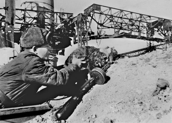 Боец засылает кота с листовкой к солдатам и офицерам окруженной немецкой группировки под Сталинградом. Январь 1943 г. Возможно и шутка военного корреспондента, но так было подписано в газете.
