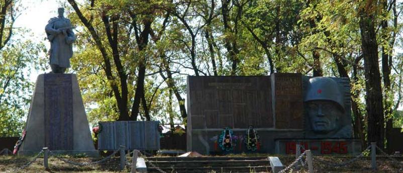 с. Мартовое Печенежского р-на. Памятник установлен на братской могиле, в которой похоронено 367 воинов, погибших при освобождении села. Здесь же увековечены имена земляков, не вернувшихся с войны