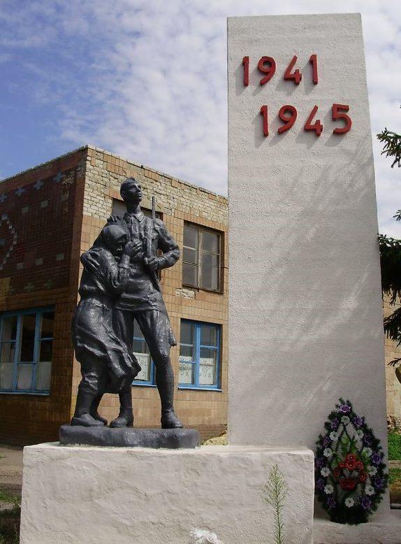 с. Берека Первомайского р-на. Памятник по улице Красной, 2а, установлен на братской могиле, в которой похоронено 1114 воинов, в т.ч. 802 неизвестных, погибших в боях годы войны