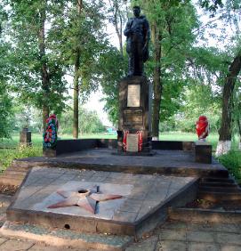 с. Каплуновка Краснокутского р-на. Памятник, установлен на братской могиле, в которой похоронено 159 воинов, погибших в боях за село