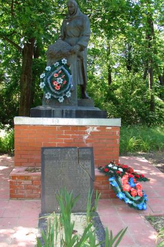 с. Белое Купянского р-на. Памятник установлен на братской могиле, в которой похоронено 139 воинов, в т.ч. 86 неизвестных