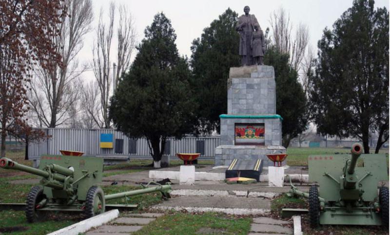 п. Краснопавловка Лозовского р-на. Памятник установлен на братской могиле, в которой похоронено 223 воина, погибших в боях за поселок