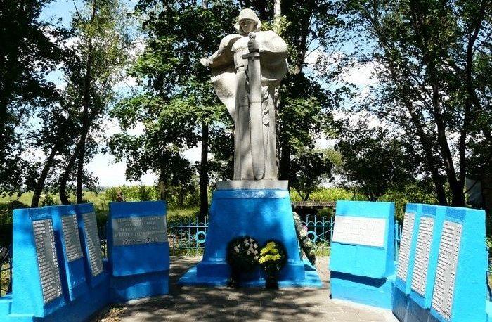 с. Новокомсомольское Печенежского р-на. Памятник на околице села, установлен на братской могиле, в которой похоронено 107 воинов, погибших в боях за село