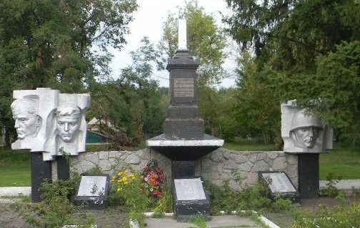 п. Безлюдовка Харьковского р-на. Памятник у стадиона по улице Змиевской, установлен на братской могиле, в которой похоронено 205 воинов, погибших в годы войны. Здесь же установлен и памятный знак погибшим землякам.