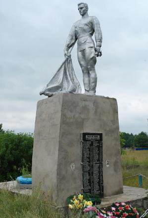 с. Карайкозовка Краснокутского р-на. Памятник установлен на братской могиле, в которой похоронено 68 советских воинов и партизан, погибших при освобождении села