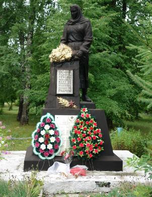 с. Качаловка Краснокутского р-на. Памятник установлен на братской могиле, в которой похоронен 71 советский воин