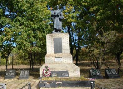 с. Новый Бурлук Печенежского р-на. Памятник установлен на братской могиле, в которой похоронено 148 советских воинов. На мемориальных плитах нанесены имена погибших на войне односельчан