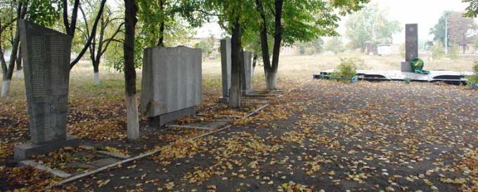 с. Шелестово Коломакского р-на. Памятник и стелы на братской могиле